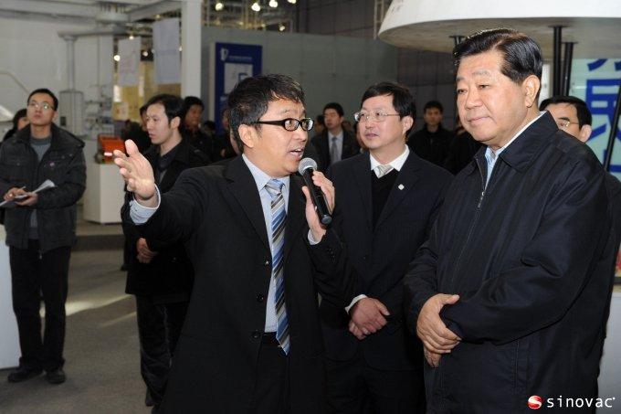 贾庆林到中关村展示中心调研时参观北京科兴展台